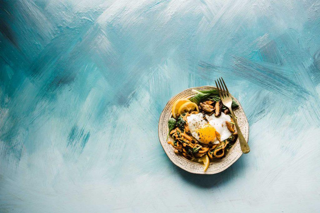 assiette de nourriture sur un fond bleu
