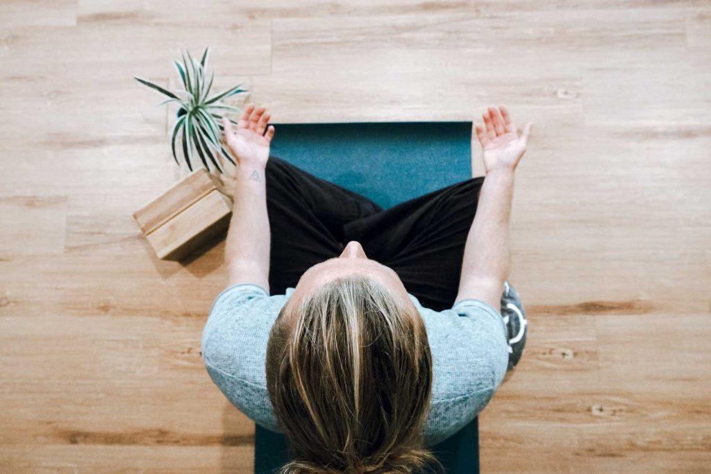 femme assise en tailleur qui medite