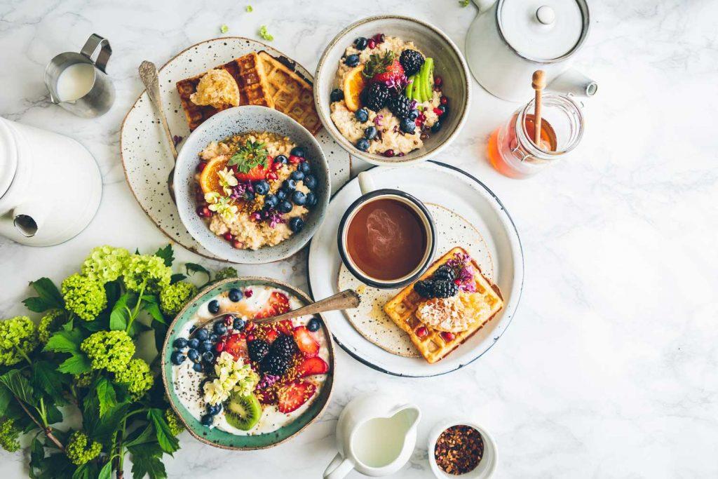 table pleine d'assiette de nourriture