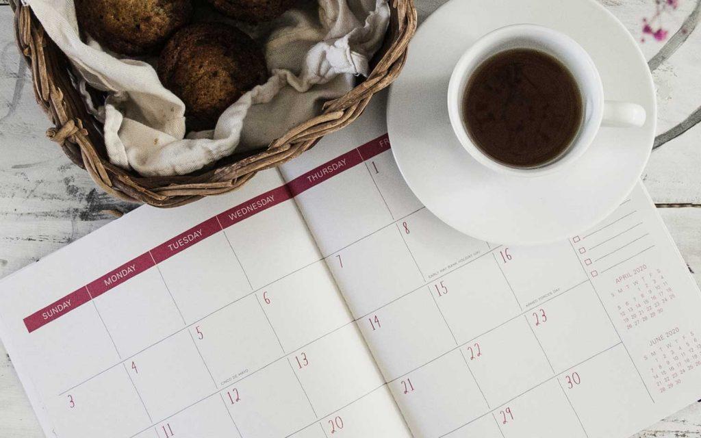 calendrier pour planifier ses repas avec tasse de the et noix