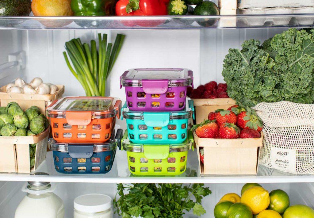 fruis et legumes ranges dans un frigo