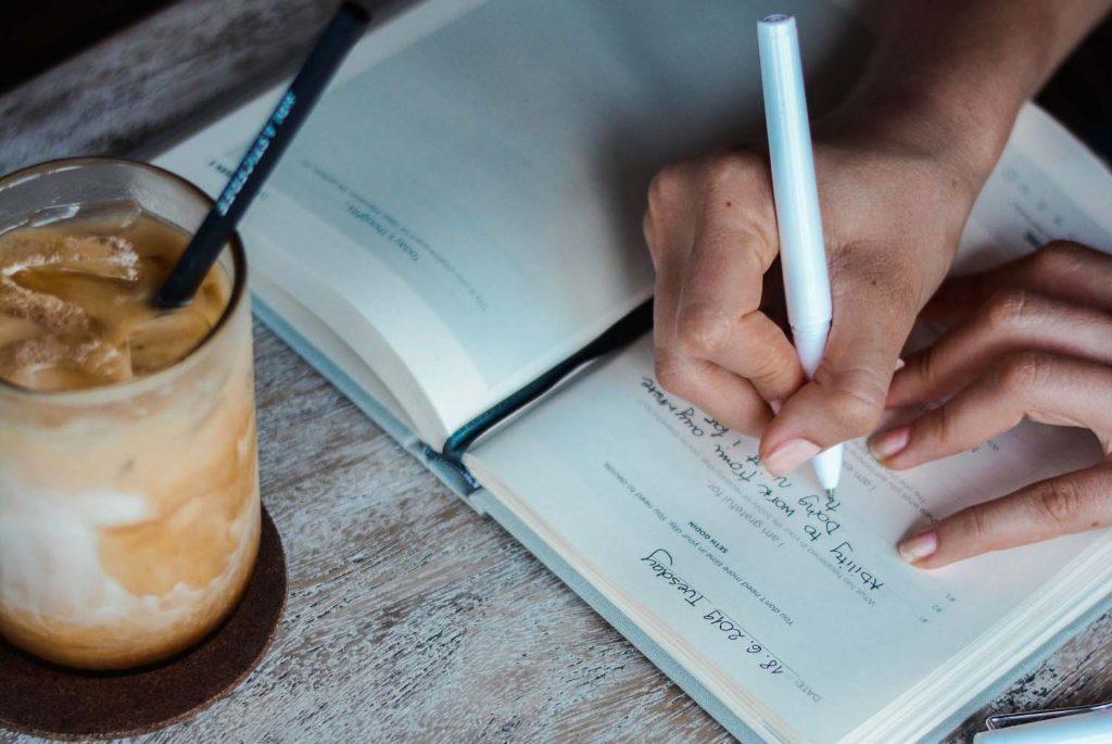 une femme qui prend des notes dans un carnet