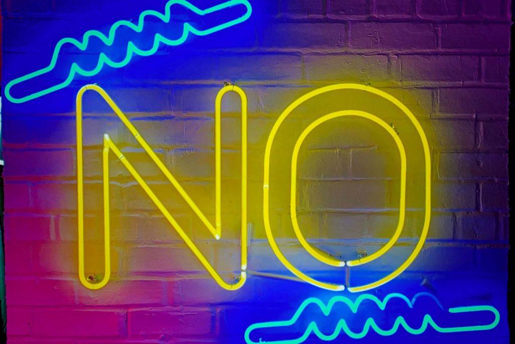 un gros No en néon