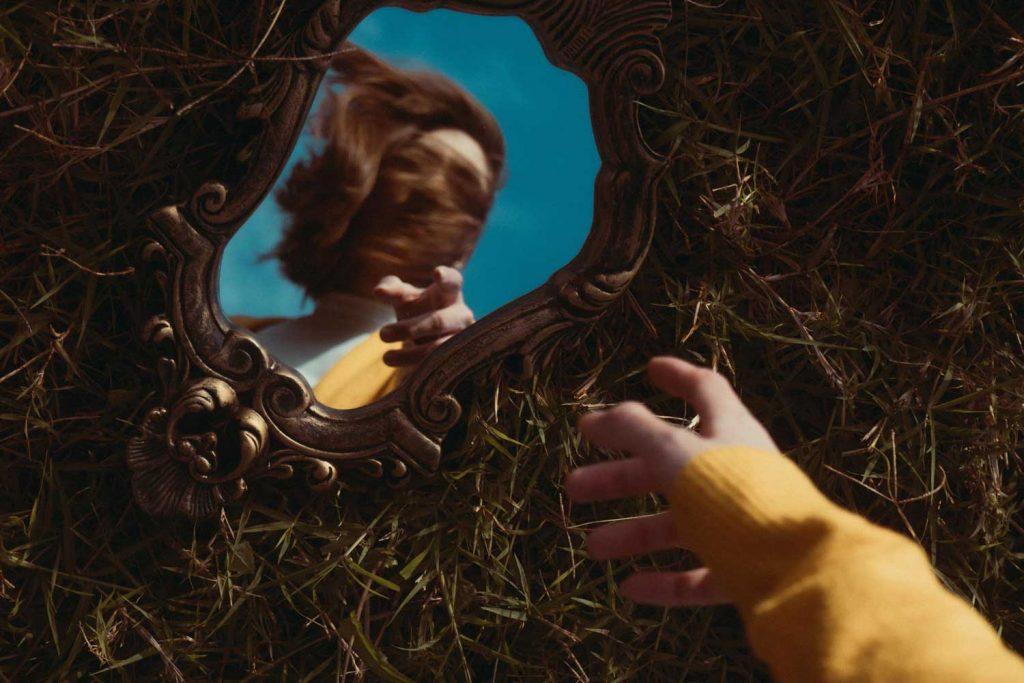 reflet d'une femme dans un miroir